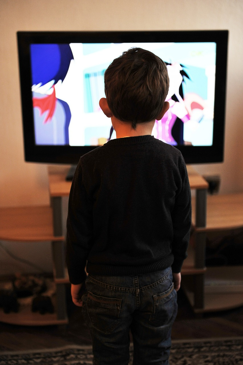 effects of television to children Kids and the media is a growing concern even very young children in our society get a big daily dose of television, video games and music lyrics while such media can provide education and entertainment, they can also damage children.
