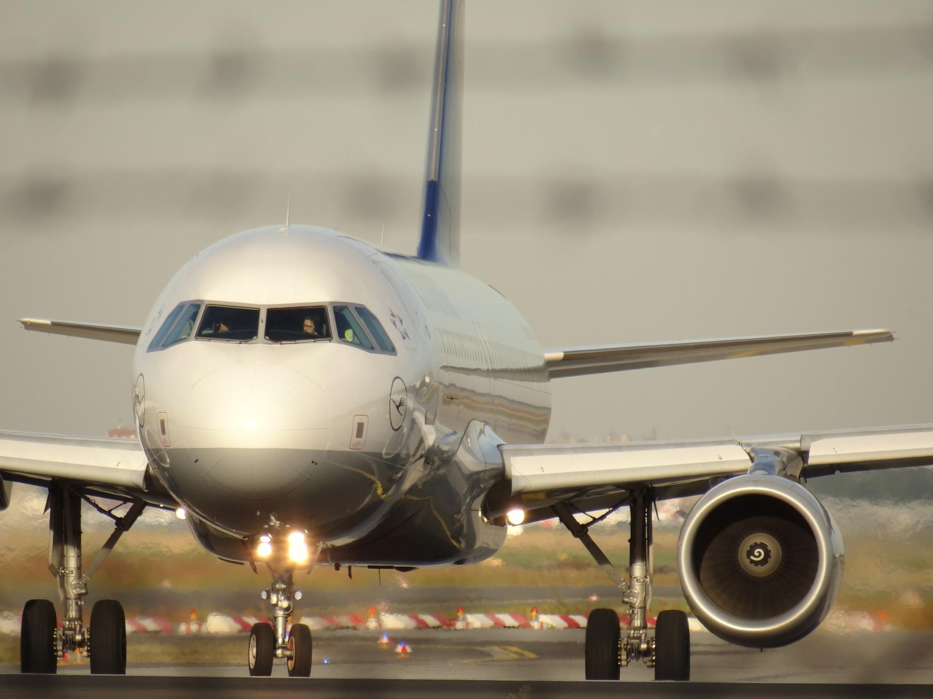 фото пассажирского самолета идет на посадку фото