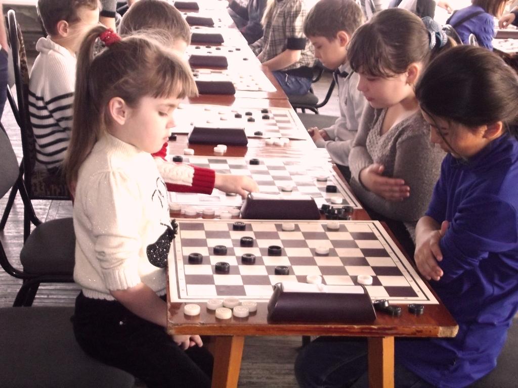 Картинка шашки и дети