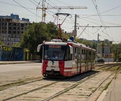 После того как линию скоростного трамвая продлили, по ней ездят вот такие новые трамвайчики