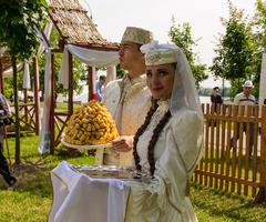 Татары и башкиры встречают дорогих гостей национальным лакомством чак-чак