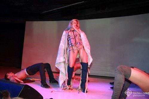 Вера брежнева показала стриптиз на сцене