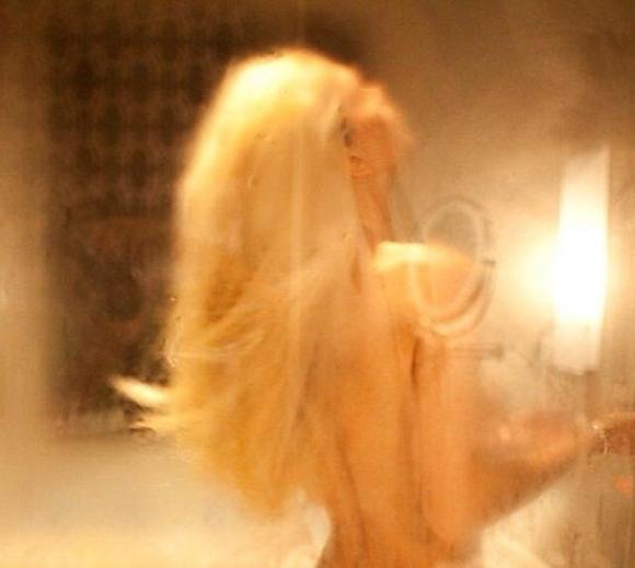 Гола блондинка в души фото 461-276