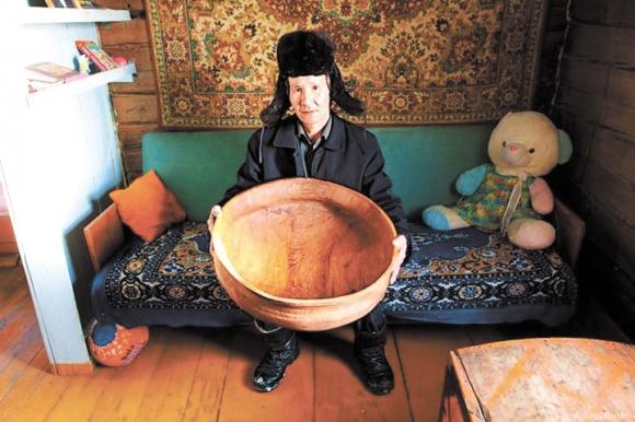 Мастер Софрон Оросин из Таатинского улуса со своей солнечной посудой