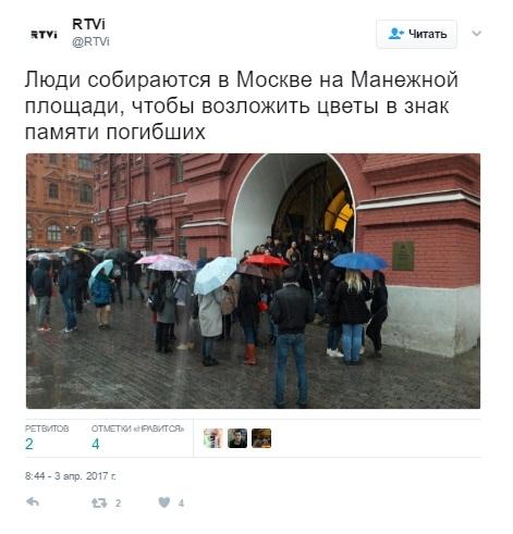 Путин приехал кстихийному мемориалу упетербургского метро