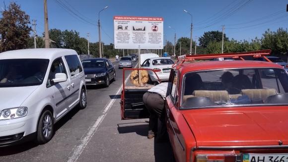 Зачем жители Донбасса ездят через линию фронта (Фоторепортаж)