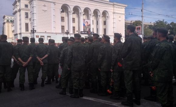 На церемонию прощания с А. Захарченко пришли сотни тысяч людей (Фоторепортаж)