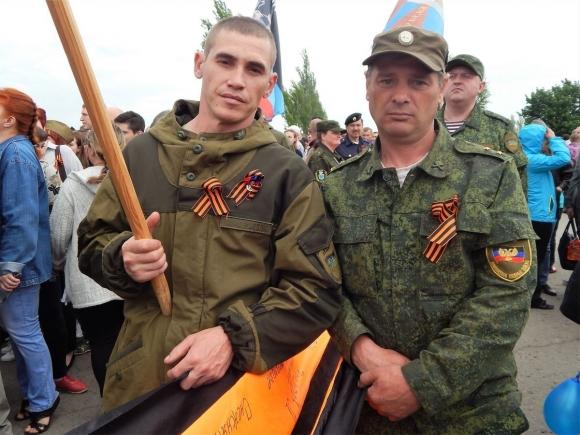 Солдат ДНР с георгиевской лентой