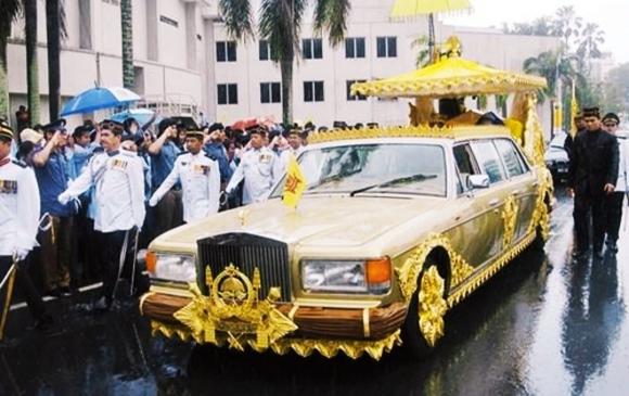 Несметные богатства султана Брунея: самый большой в мире дворец, 150 домов, сеть отелей и несколько самолетов