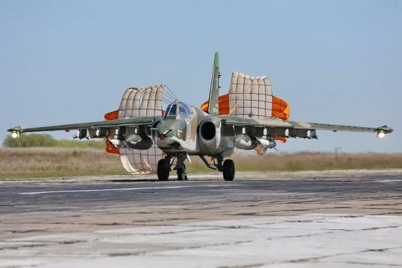 Российские штурмовики Су-25СМ применили авиационные бомбы и ракеты на учении в Киргизии