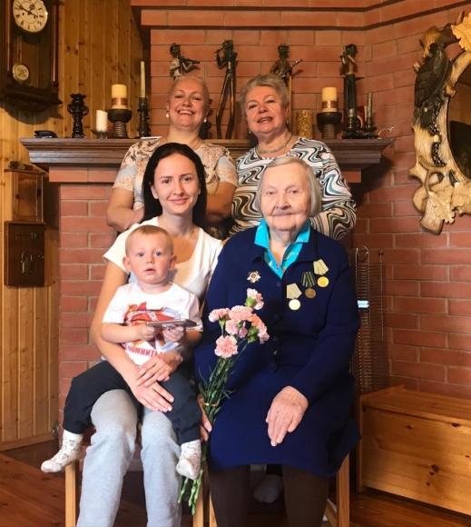 5 поколений_Бабушка Зинаида Антоновна, её дочь Ольга, внучка Елена, правнучка Дарина, праправнук Ричард