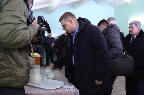 Алексей Текслер пробует коелгинское молоко