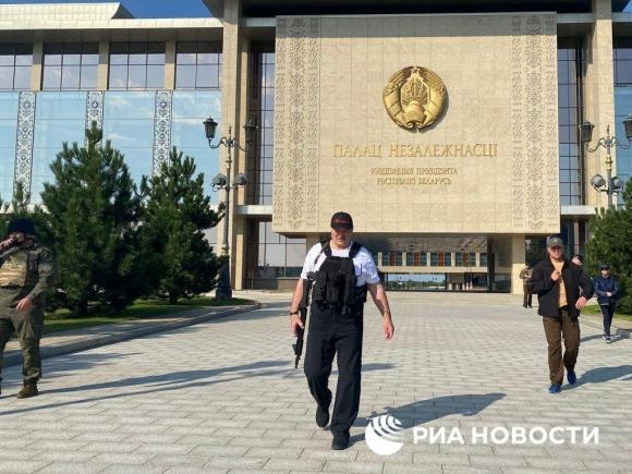 Лукашенко с автоматом. В Минске к протестующим у резиденции президента вышел его помощник
