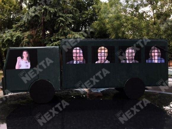 Гроб для диктатуры: протестующие в Минске преподнесли необычные подарки Лукашенко на день рождения