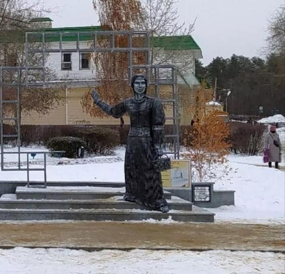 «Лучше бы этот миллион потратили на что-нибудь вроде помощи населению». В Нововоронеже снесли «злополучный» памятник Алёнке