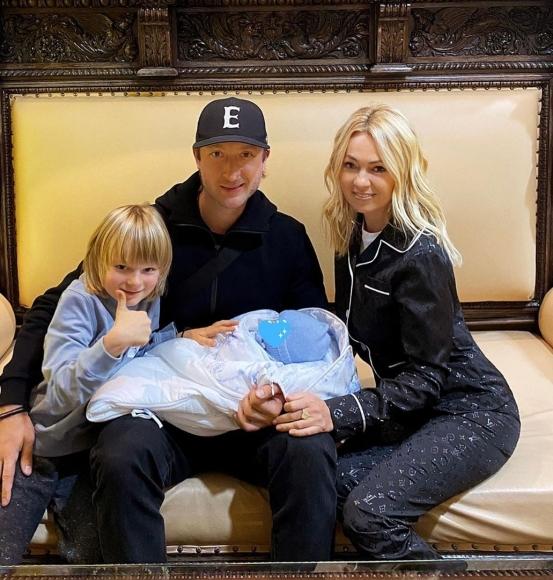 Яна Рудковская и Евгений Плющенко сообщили о рождении сына и опубликовали фото с новорожденным