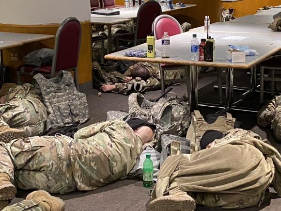После инаугурации национальных гвардейцев США выселили из здания Капитолия в гараж, американцы возмутились