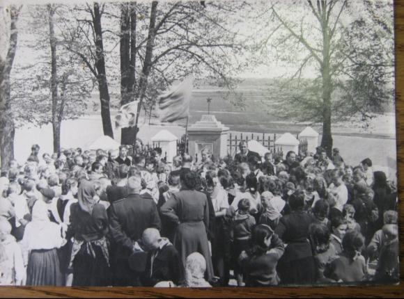 Митинг на могиле Н. Сиротинина 9 мая 1957 г