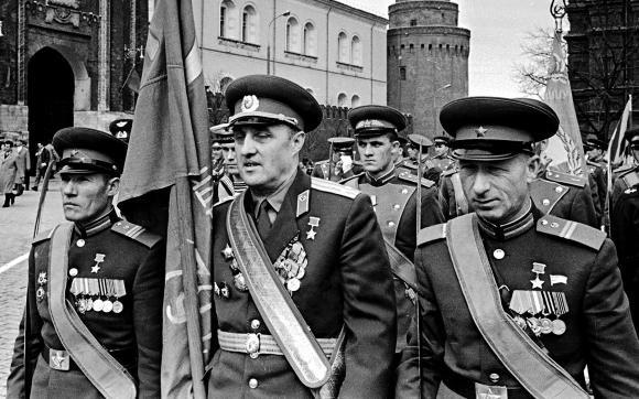 В этот день в 1945 году над Рейхстагом было водружено Знамя Победы