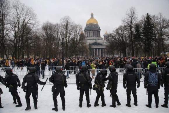 В Петербурге задерживают участников несанкционированной акции, люди вышли на проезжую часть