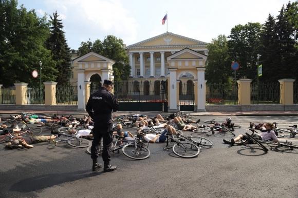 Почему велосипедисты легли на асфальт у Смольного