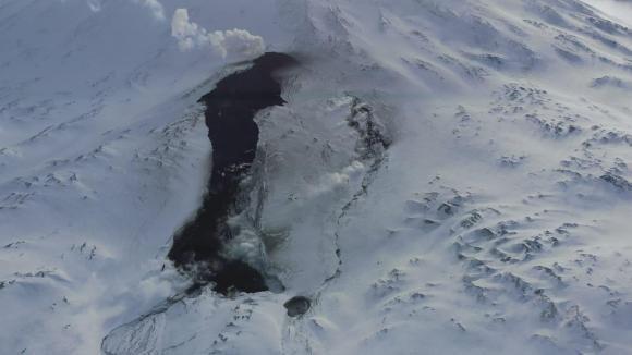 Активный лавовый поток из шлакового конуса. Фронт потока скрывается в теле ледника Эрмана.